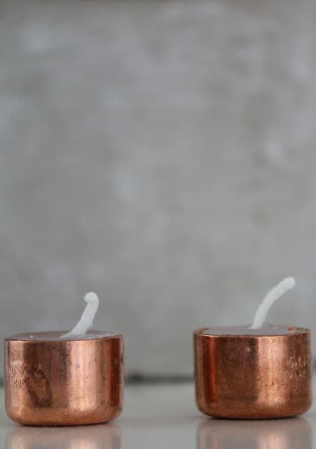 Kerzen selber gießen in Kupfer-Kappen #diy #kerzen #deko #einfach #schnell