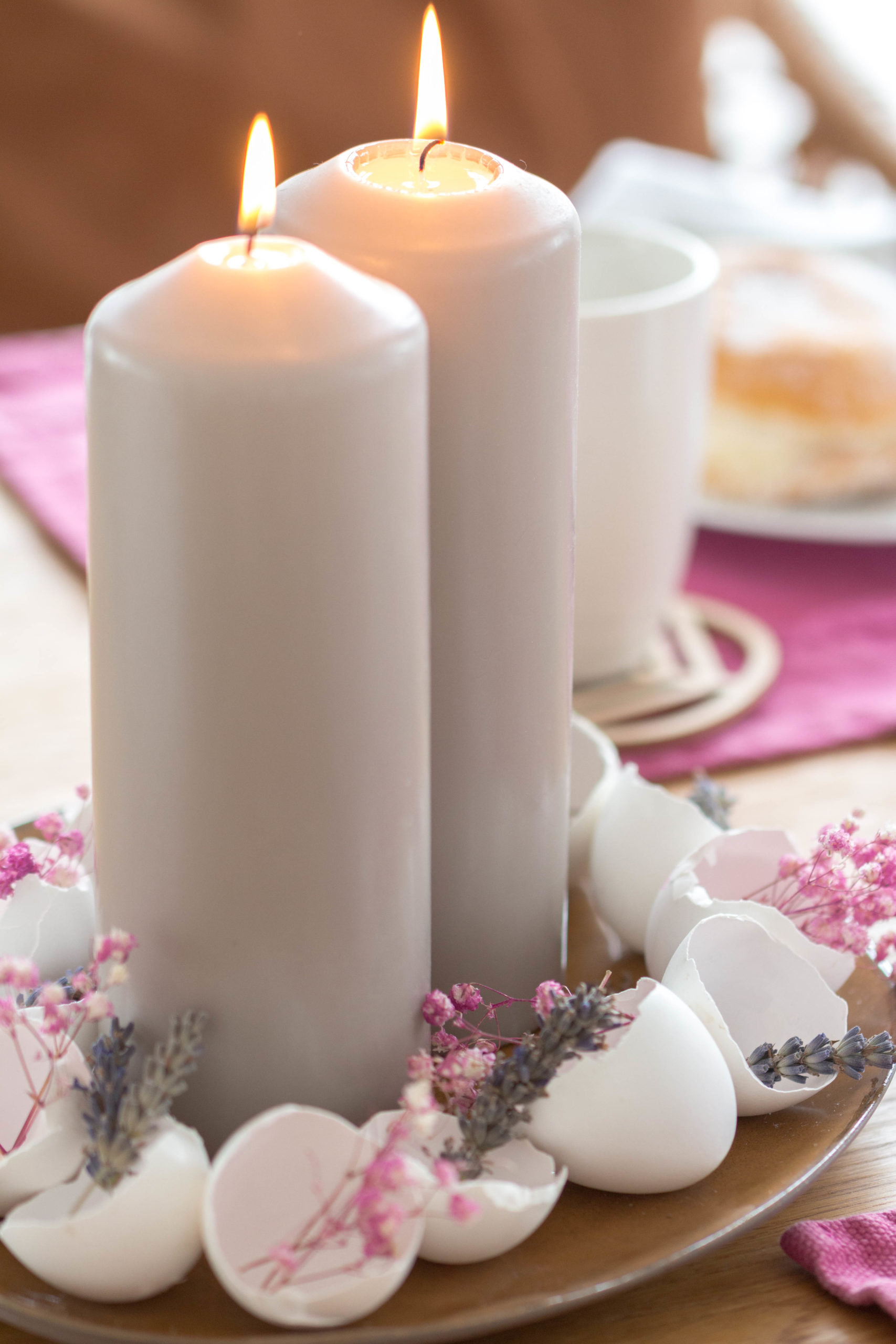 Schnelle Tischdeko für Ostern mit Eierschalen und Trockenblumen. #deko #ideen #ostern #frühling #eier #eierschalen #kerzen #blumen